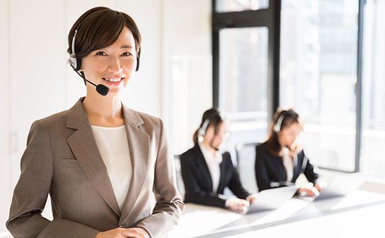 電話対応するコールセンターの女性