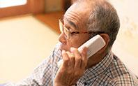 電話をかける年配の男性